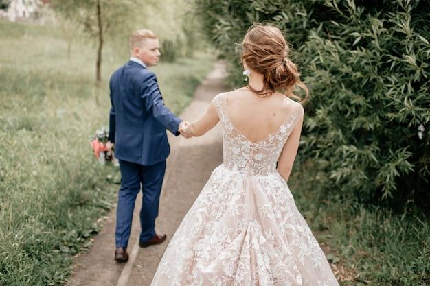 Retrato ao ar livre lindo casal de noivos