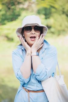 Retrato ao ar livre mulher asiática