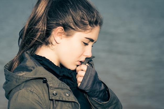 Retrato ao ar livre no perfil de uma adolescente pensativa