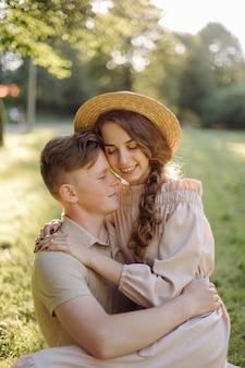 Retrato ao ar livre sensual impressionante do casal jovem moda elegante, posando no verão em campo