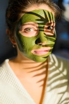 Retrato artístico de mulher vestindo máscara facial