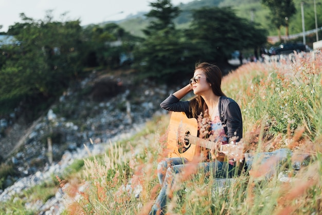 Retrato, ásia, mulheres, com, guitarra