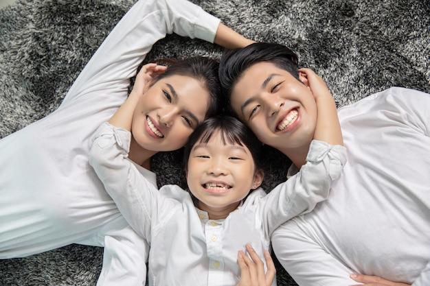Retrato asiático da família com olhar de sorriso feliz dos povos na câmera em minha casa.