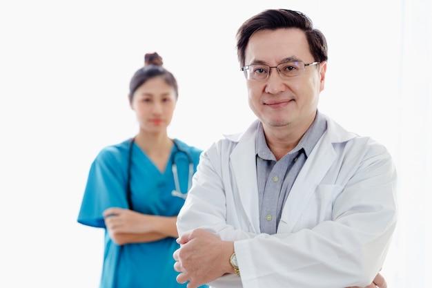 Retrato, asiático, doutor, pessoas, equipe, ficar, em, sala, hospitalar