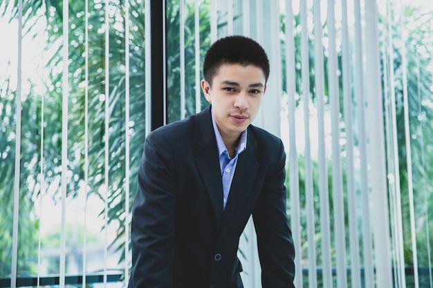 Retrato, asiático, homem negócios, com, seu, trabalho, em, escritório