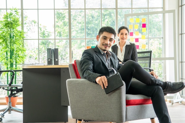 Retrato asiático jovem casal senta no sofá juntos, conceito de negócio