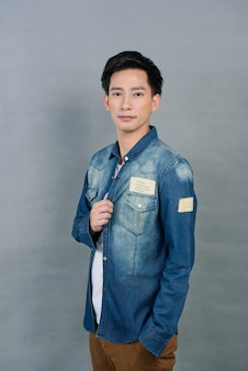 Retrato asiático jovem em cinza, adolescente