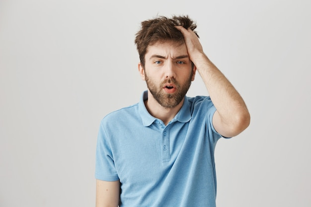 Retrato barbudo de um jovem com camiseta azul