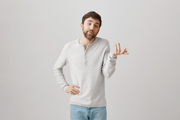 Retrato barbudo de um jovem com uma blusa branca