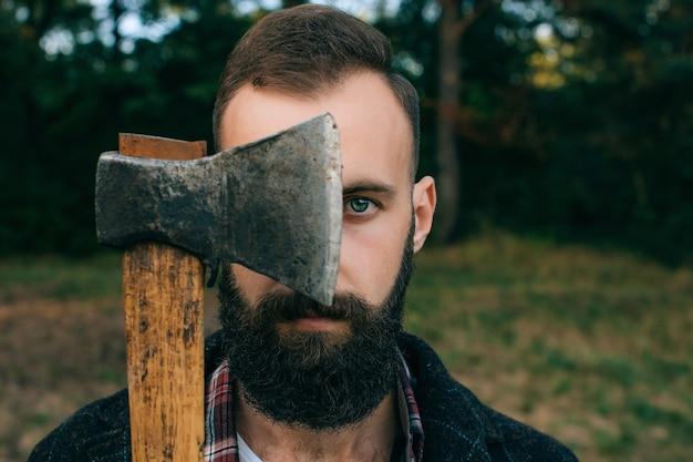 Retrato barbudo lenhador hipster