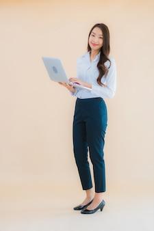 Retrato bela jovem asiática com computador portátil para o trabalho