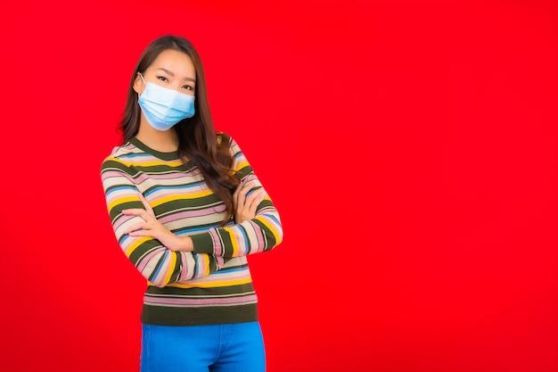 Retrato bela jovem asiática com máscara para proteção covid19