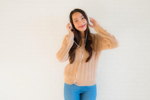 Retrato bela jovem asiática feliz desfrutar com ouvir música