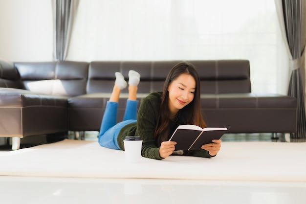 Retrato bela jovem asiática ler livro