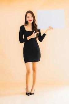 Retrato bela jovem asiática mostrar quadro branco vazio