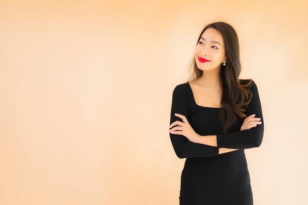 Retrato bela jovem asiática sorriso feliz em ação