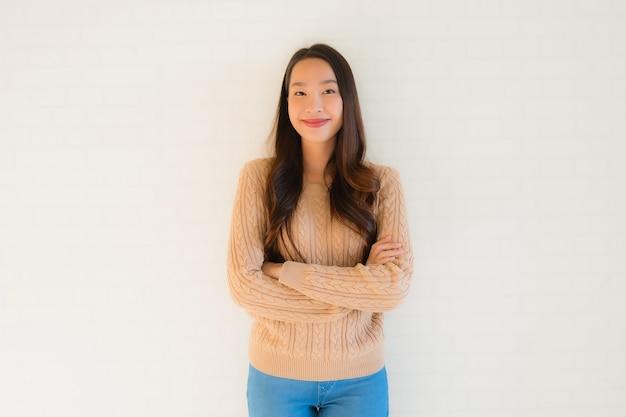 Retrato bela jovem asiática sorriso feliz em muitas ações