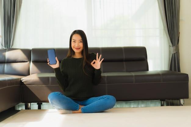 Retrato bela jovem asiática usar telefone móvel esperto