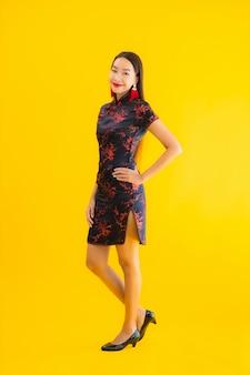 Retrato bela jovem asiática usar vestido chinês com ação