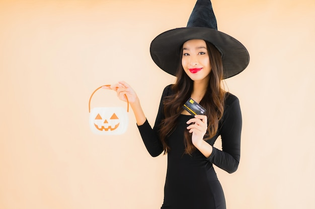Retrato bela jovem asiática vestir fantasia de halloween