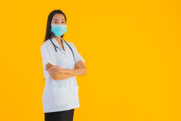 Retrato bela jovem médico asiático mulher com máscara para proteger covid19
