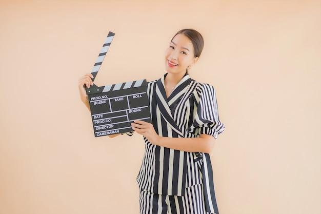 Retrato bela jovem mulher asiática com badalo de filme