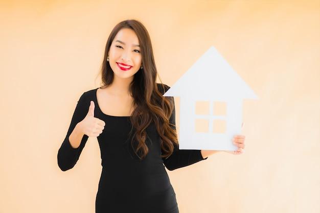 Retrato bela jovem mulher asiática com banner em casa