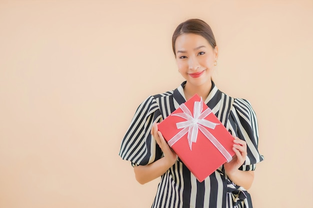 Retrato bela jovem mulher asiática com caixa de presente vermelha