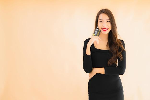 Retrato bela jovem mulher asiática com cartão de crédito