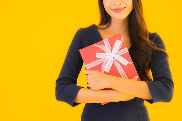 Retrato bela jovem mulher asiática com giftbox