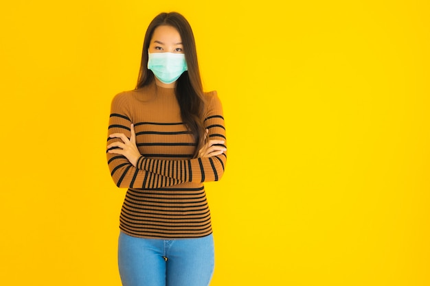 Retrato bela jovem mulher asiática com máscara em muitas ações para proteger de coronavírus ou covid19