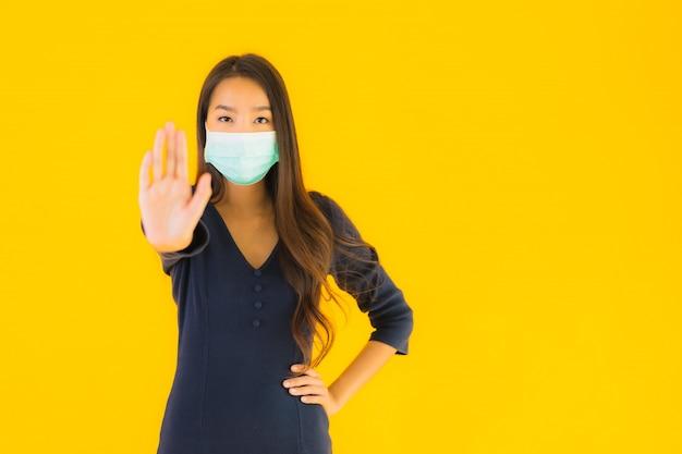 Retrato bela jovem mulher asiática com máscara