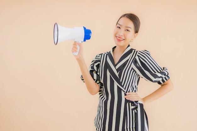Retrato bela jovem mulher asiática com megafone