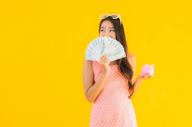 Retrato bela jovem mulher asiática com muito dinheiro