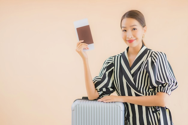 Retrato bela jovem mulher asiática com passaporte de saco de bagagem