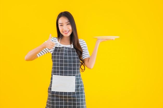 Retrato bela jovem mulher asiática com prato branco ou prato