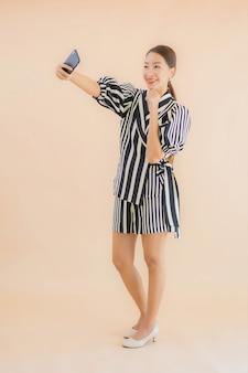 Retrato bela jovem mulher asiática com telefone móvel esperto