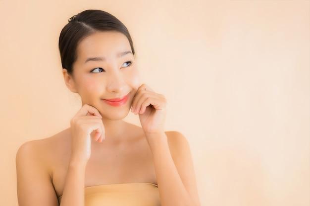 Retrato bela jovem mulher asiática rosto com conceito de spa de beleza