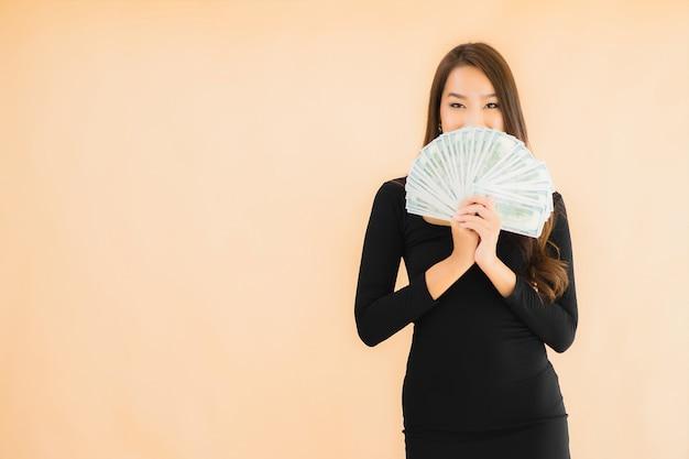 Retrato bela jovem mulher asiática sorriso feliz com dinheiro e dinheiro