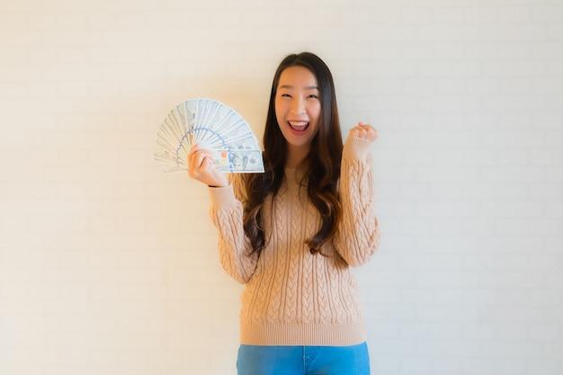 Retrato bela jovem mulher asiática sorriso feliz com um ventilador