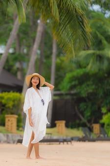 Retrato bela jovem mulher asiática sorriso feliz relaxar na praia mar oceano
