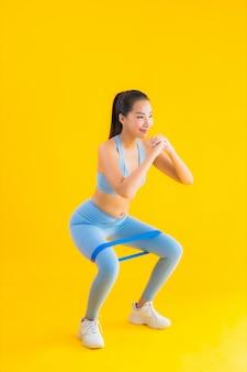 Retrato bela jovem mulher asiática usar sportwear com borracha esporte