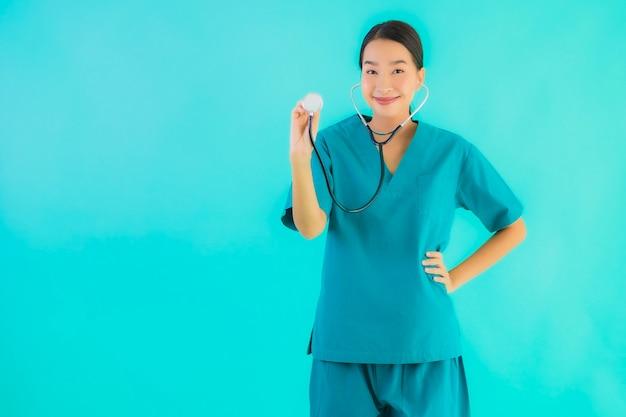Retrato belo jovem médico asiático mulher sorriso feliz