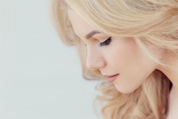 Retrato bonito bonito mulher loira, vista de perfil lateral
