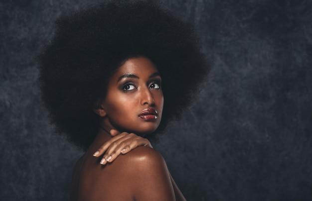 Retrato bonito da mulher negra, conceito de beleza e cuidados com a pele