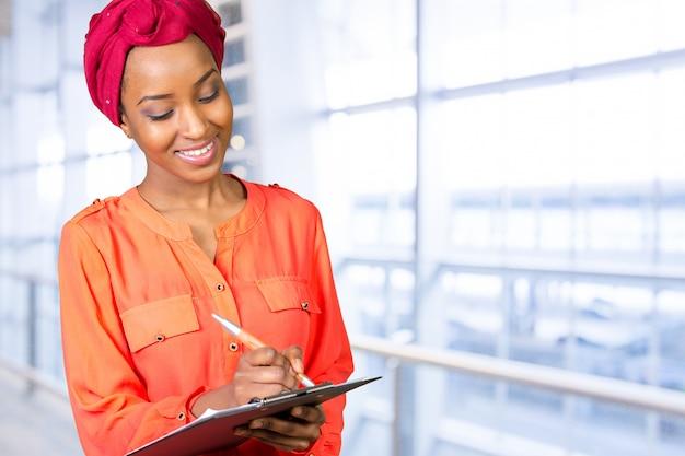 Retrato bonito da mulher negra