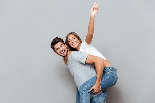 Retrato bonito de casal fazendo o cofrinho