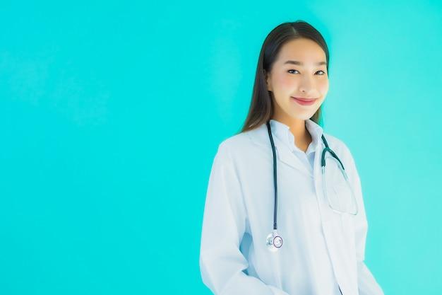 Retrato bonito jovem médico asiático mulher com estetoscópio
