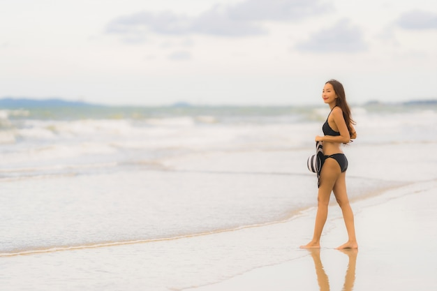 Retrato, bonito, jovem, mulher asian, desgaste, biquíni, ligado, a, praia, mar, oceânicos