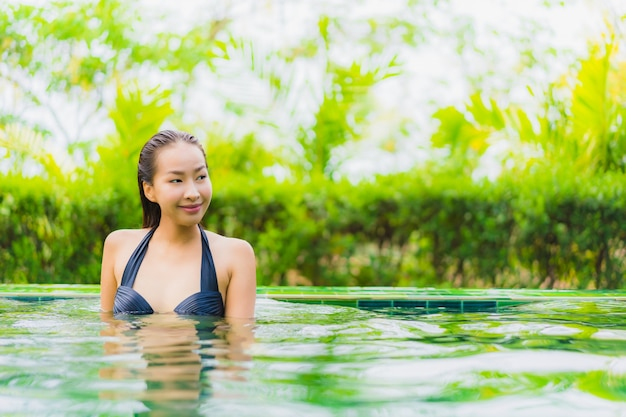 Retrato, bonito, jovem, mulher asian, em, piscina, ao redor, hotel, e, recurso